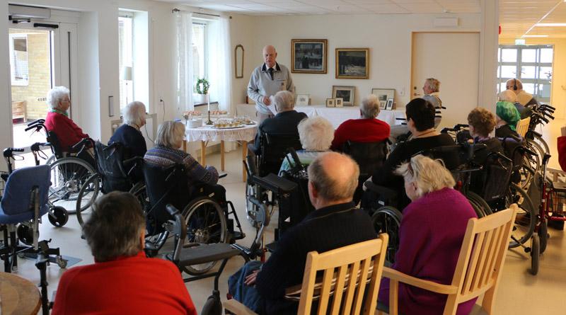 Stig Marz berättade om konstnären för de boende på Göransgården samt några besökare.