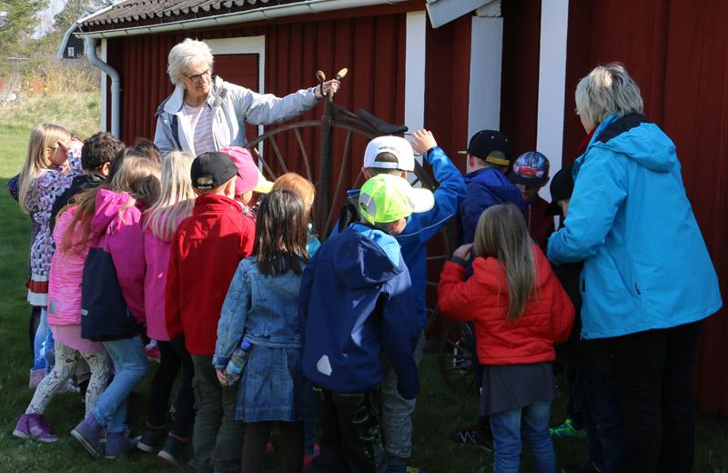Karin Hylander och Ingalill Grönberg visar upp cykeln för de intresserade barnen.