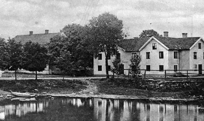 Bostadshuset och affären omkring sekelskiftet. Bildarkivet - cirka 1900.