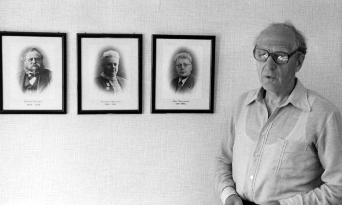 1952 övertas verksamheten av Bengt Dahlqvist som driver företaget fram till 1985. På bilden tillsammans med foto på övriga ägare under den 137 år långa verksamhetstiden. Bildarkivet - 1985.