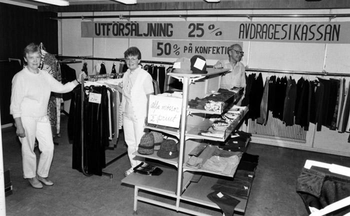 Den 31 juli 1985 stängde affären. Fr.v. Ingrid Feurst, Linnea Claesson och Bengt Dahlquist. Bildarkivet - 1985.