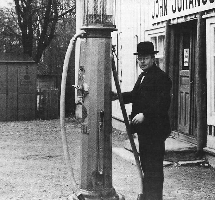 John Johansson vid bensinpumpen. Bilden är från 1930-talet då bensinen kostade 20 öre litern.