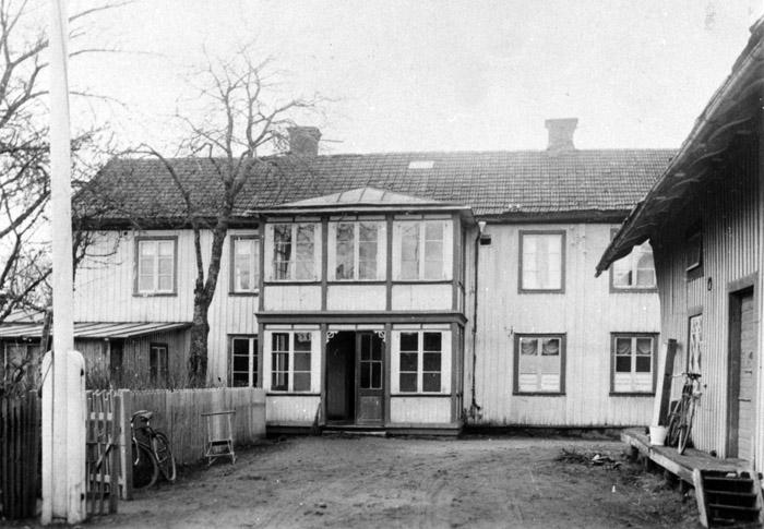 Affären och magasinet, sett från gårdssidan/baksidan av huset. Bildarkivet - 1930.