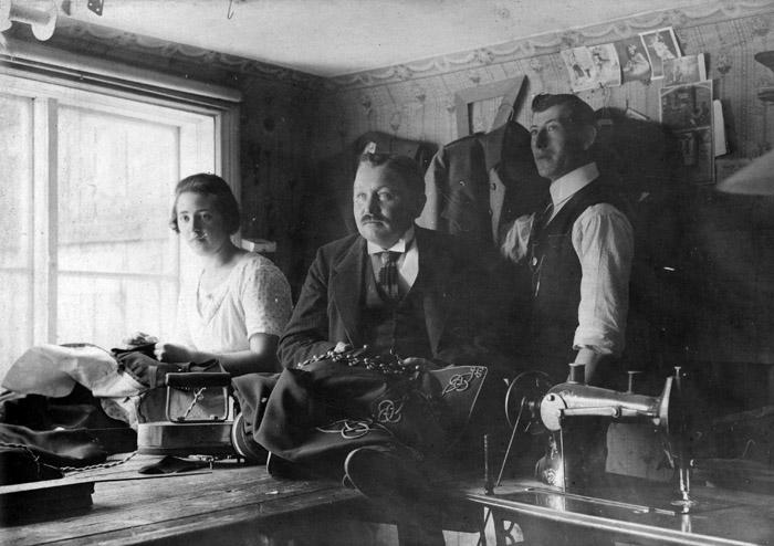 Skräddarmästare Sigfrid Haegerstam i mitten tillsammans med Vera Johansson. Bildarkivet - 1920.