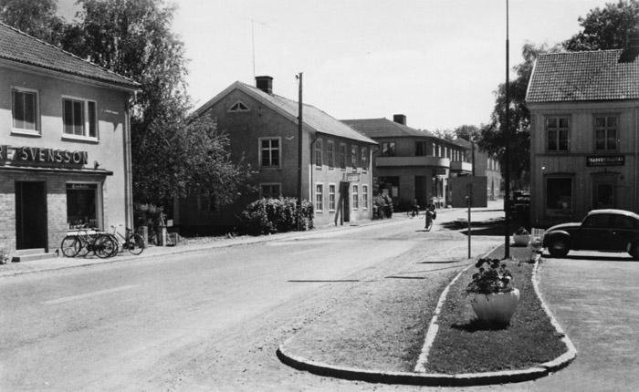 Stures Svenssons, Bengtas konditori, Åke Lindholms järnaffär, Ymans frisersalong och Sörensens charkuteriaffär. Bildarkivet - 1950.