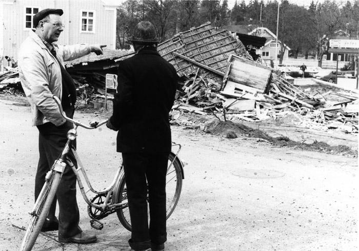 Rune Karlsson och Georg Haegerstam tittar på det nyss rivna huset. Bildarkivet - 1983.