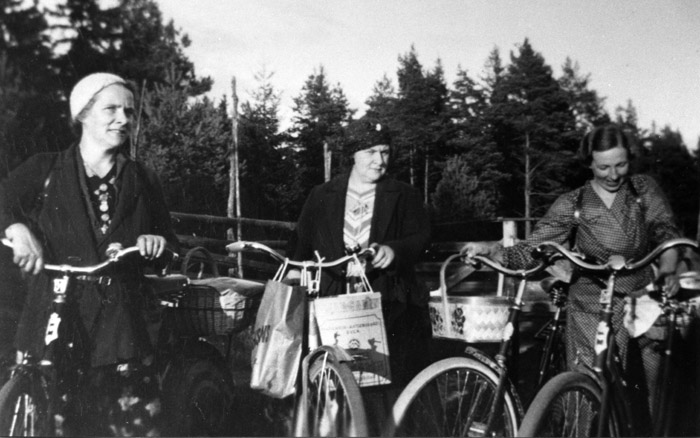 Mattis Bengtsson i mitten på bilden tillsammans med, fr.v. systern Ida Sandstedt och Agnes Claesson. Bildarkivet - 1940.