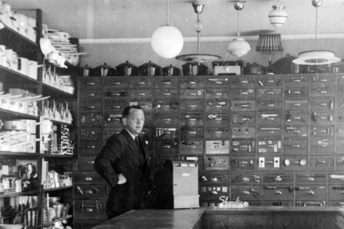 Åke Lindholm i sin järnaffär. Järnaffären övertogs 1958 av Olle Hugosson som fanns kvar i fastigheten till 1963, då den flyttades till Torget 3. Bildarkivet - 1948.