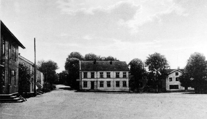 I mitten av bilden syns fastigheten Torget 9. Bildarkivet - cirka 1930.