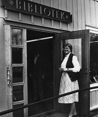 Kerstin Danielsson hälsade välkommen till de nya bibliotekslokalerna. Bildarkivet - 1982.